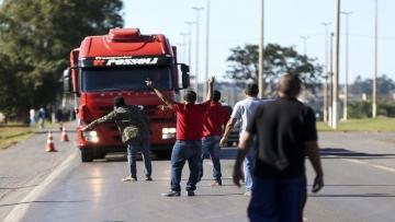 Governo faz acordo e caminhoneiros suspendem paralisação por 15 dias