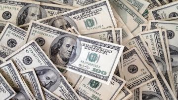 Dólar volta a cair e fecha no menor valor em três semanas