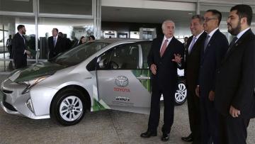Governo lança tecnologia para produzir 1º carro híbrido flex do mundo