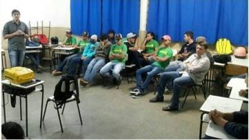 Inserção no mercado de trabalho é tema de palestra para jovens de Itaquiraí